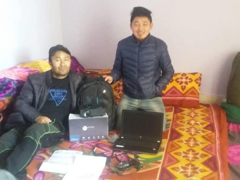 Stanzin, laptop et projecteur